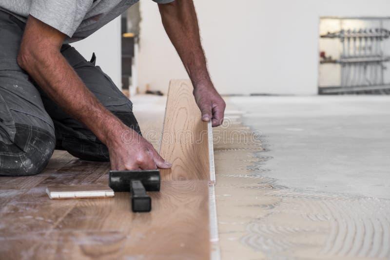 Trabalhador que instala o revestimento de madeira imagens de stock