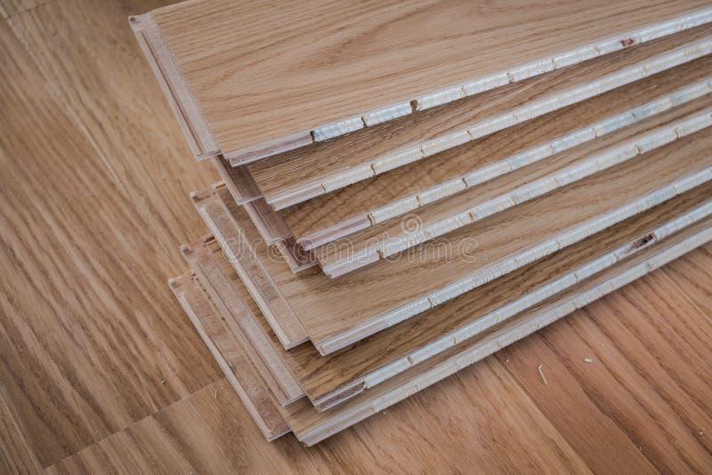 Trabalhador que instala placas de revestimento de madeira foto de stock