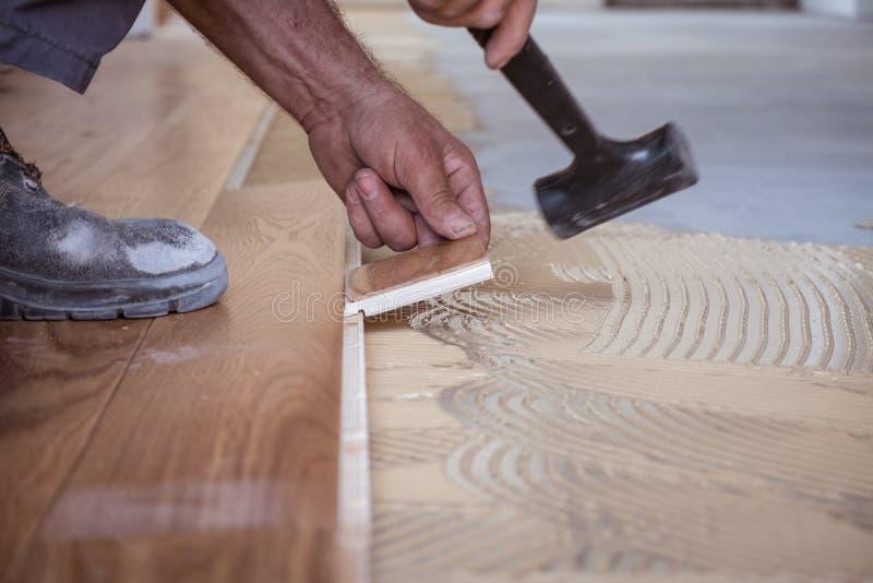 Trabalhador que instala placas de revestimento de madeira imagens de stock