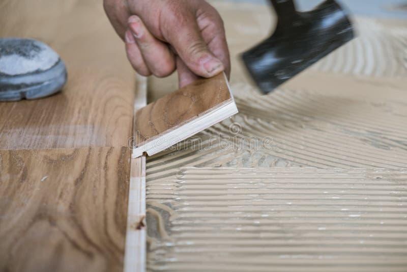 Trabalhador que instala placas de revestimento de madeira fotos de stock
