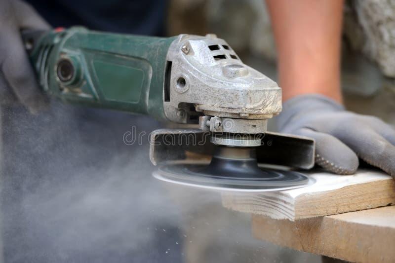 Trabalhador que lustra uma tabela de madeira imagem de stock royalty free