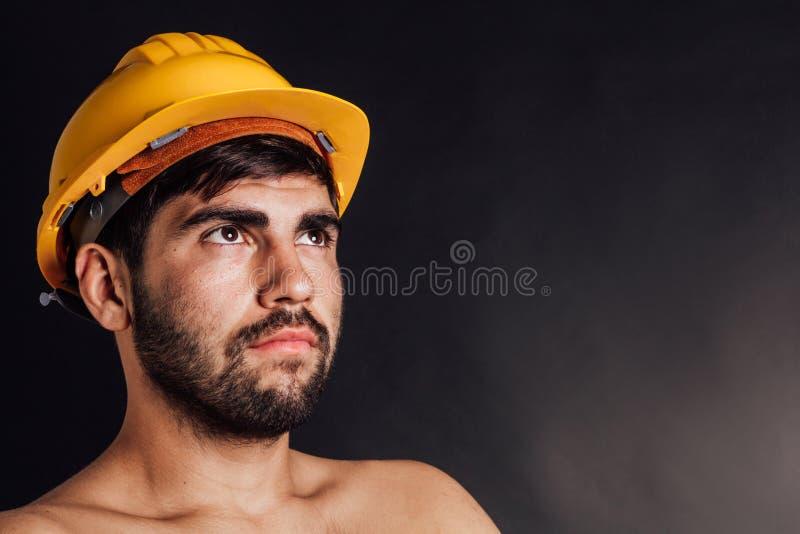 Trabalhador que olha acima fotos de stock royalty free