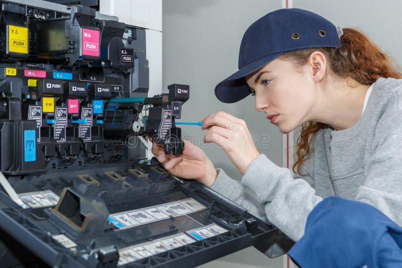 Trabalhador que resolve o problema da impressora imagens de stock