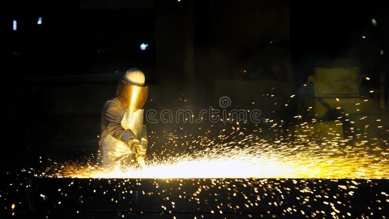 Trabalhador que usa o cortador da tocha para cortar completamente o metal fotos de stock royalty free