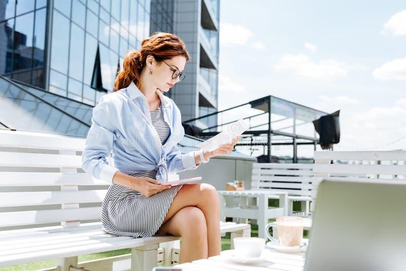 Trabalhador remoto elegante bonito que trabalha no terraço do verão imagens de stock