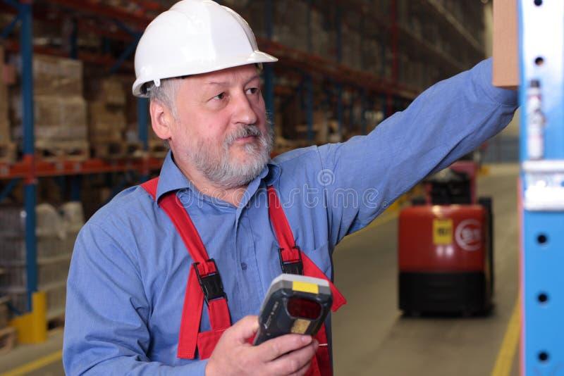 Trabalhador sênior na fábrica fotografia de stock