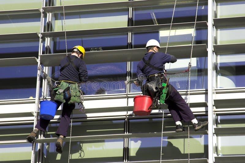 Trabalhadores Abseiling um edifício corporativo fotografia de stock