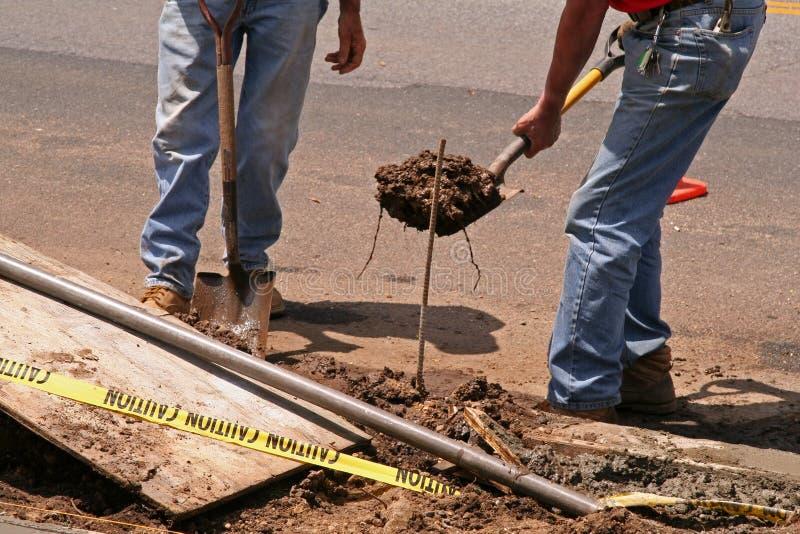 Trabalhadores da construção da borda da estrada fotografia de stock royalty free