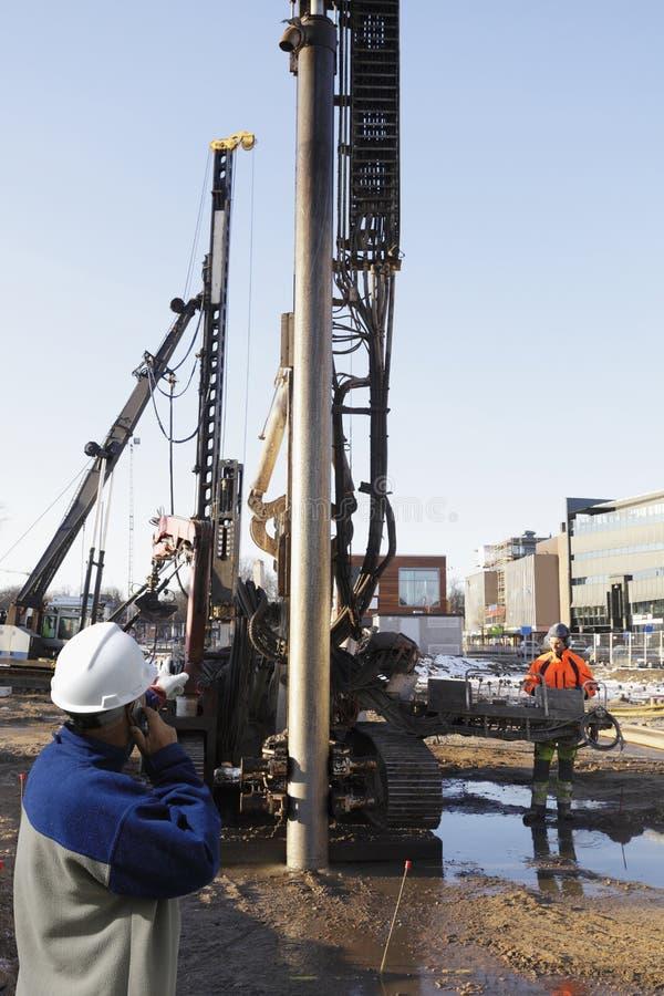 Trabalhadores da construção dentro do local de edifício imagens de stock royalty free