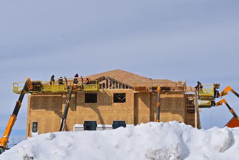Trabalhadores da construção em uma construção nova de uma cesta fotos de stock royalty free