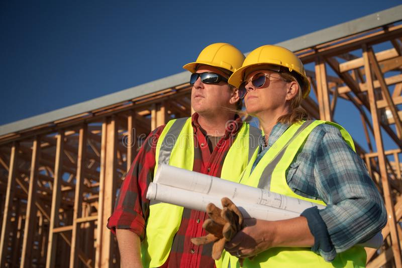 Trabalhadores da construção masculinos e fêmeas no canteiro de obras fotos de stock royalty free