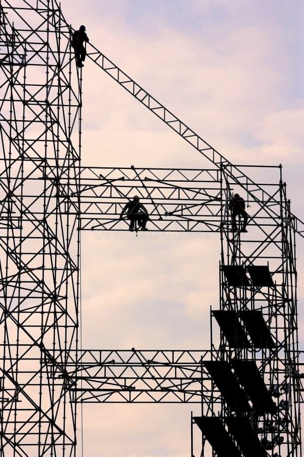 Trabalhadores da construção no andaime imagem de stock royalty free