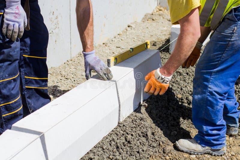 Trabalhadores da construção no canteiro de obras fotos de stock royalty free