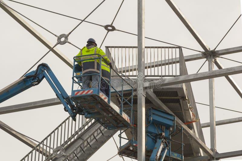 Trabalhadores da construção no trabalho em uma ponte imagem de stock