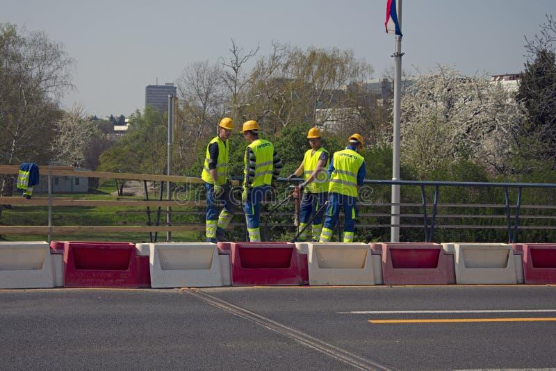 Trabalhadores da construção novos com martelo pneumático fotos de stock