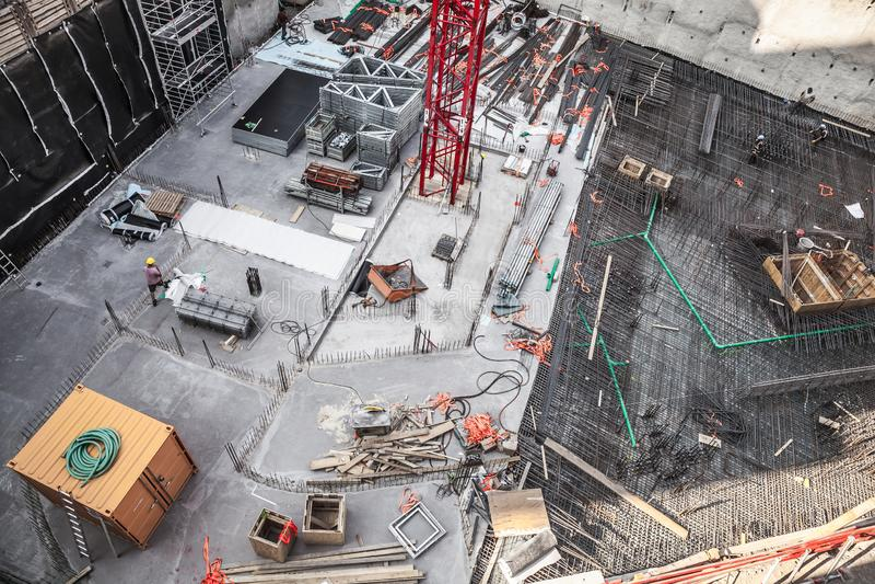 Trabalhadores da construção que fabricam a barra de aço do reforço no canteiro de obras imagens de stock royalty free