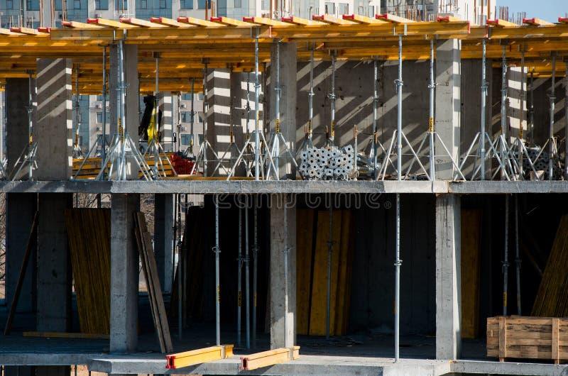 Trabalhadores da construção que instalam montando o molde horizontal no local da construção civil imagens de stock royalty free