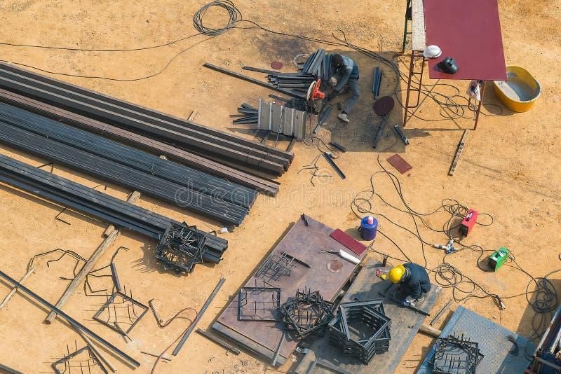Trabalhadores da construção que soldam o aço da vista superior imagens de stock royalty free
