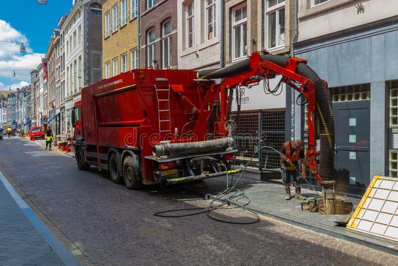 Trabalhadores da estrada com o caminhão especializado ocupado com construções imagem de stock