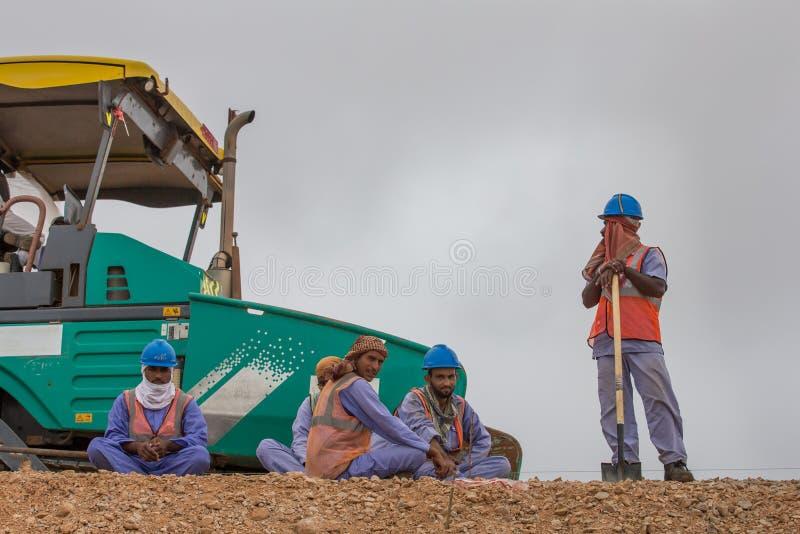 Trabalhadores da estrada que tomam uma ruptura imagens de stock