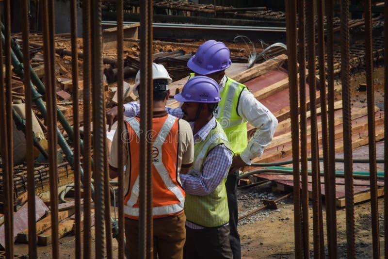 Trabalhadores da gestão de projeto de construção no dever fotografia de stock