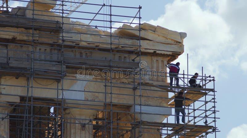 Trabalhadores da restauração no templo antigo do Partenon imagens de stock