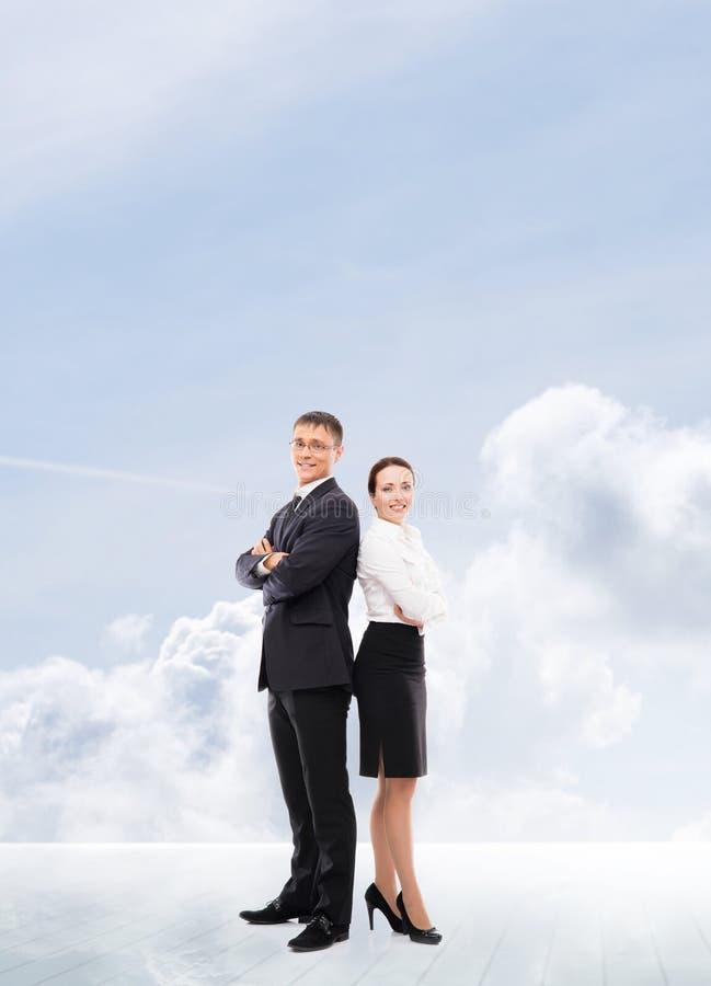 Trabalhadores de escritório que estão em um fundo do céu foto de stock royalty free