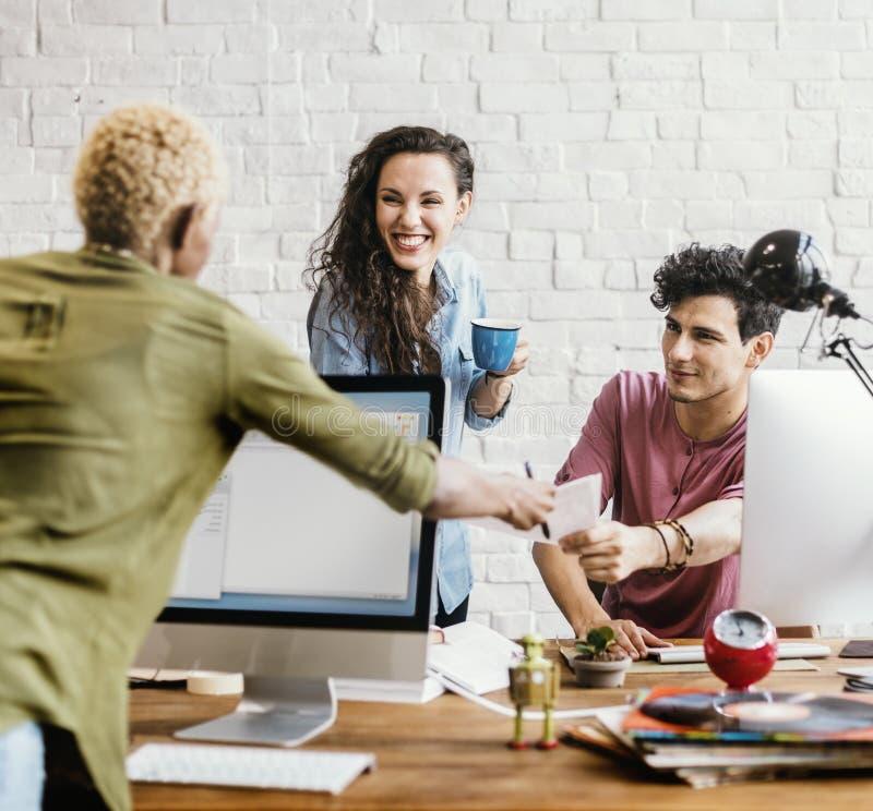 Trabalhadores de escritório que falam junto o conceito foto de stock royalty free
