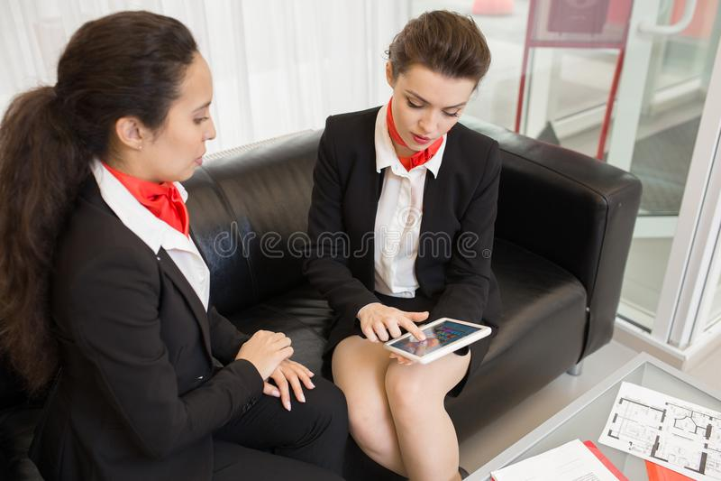 Trabalhadores de escritório que jogam jogos móveis imagens de stock royalty free