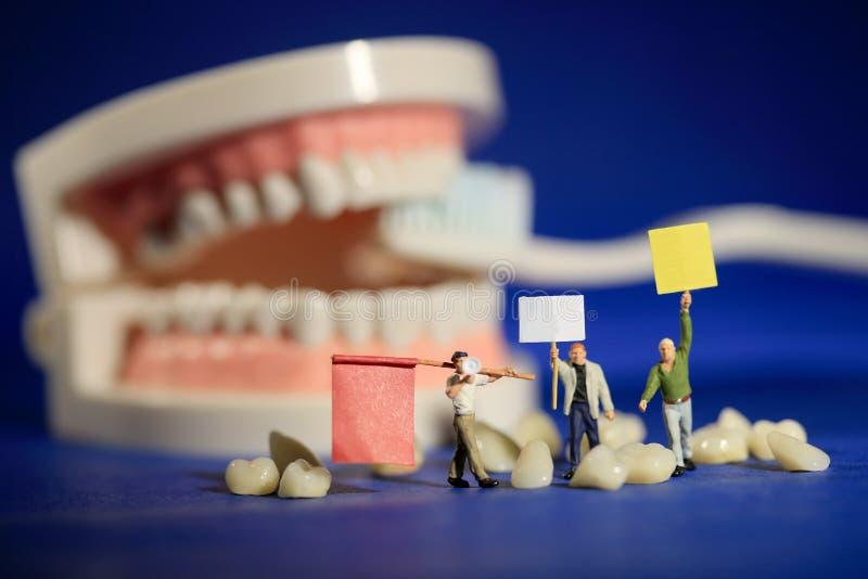 Trabalhadores diminutos que executam procedimentos dentais Escritório dental AR foto de stock royalty free