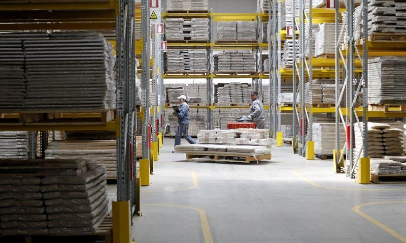 Trabalhadores do armazém na fábrica de madeira imagens de stock royalty free