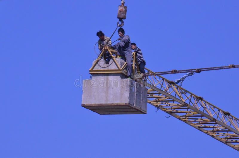Trabalhadores do guindaste imagem de stock royalty free