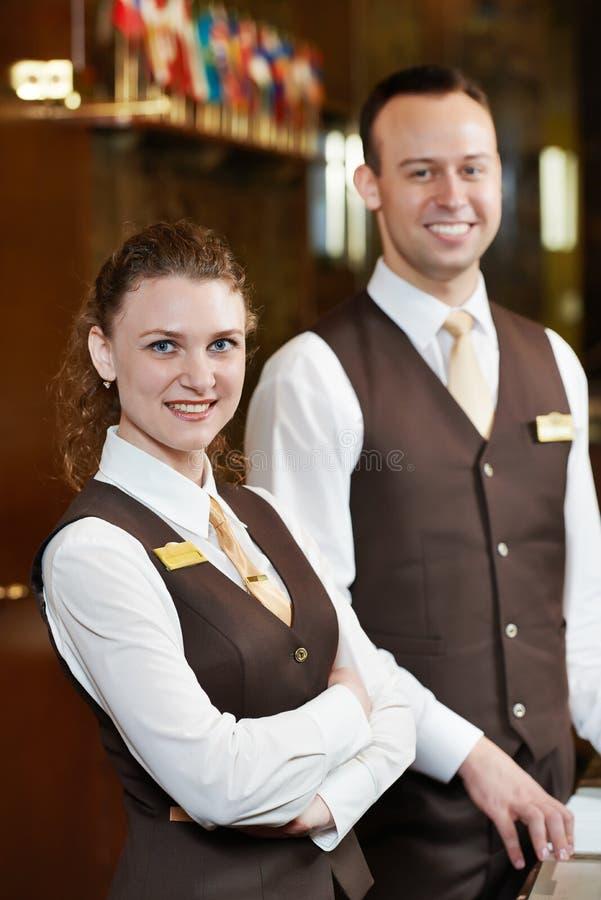 Trabalhadores do hotel na recepção fotografia de stock