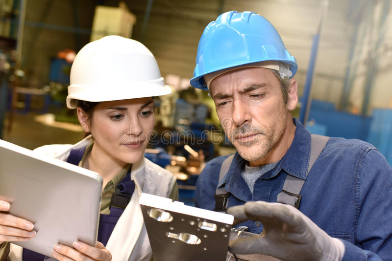 Trabalhadores do metal na oficina foto de stock royalty free