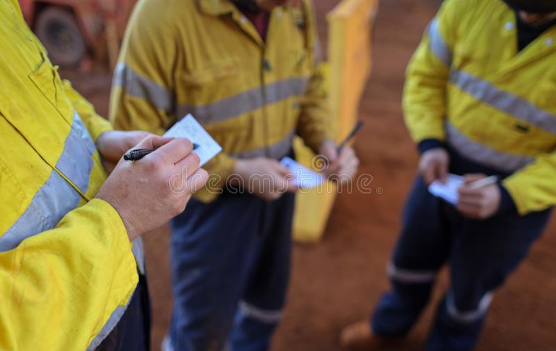 Trabalhadores do mineiro da construção que conduzem a chamada da avaliação de risco do auto como a etapa da tomada cinco antes do foto de stock