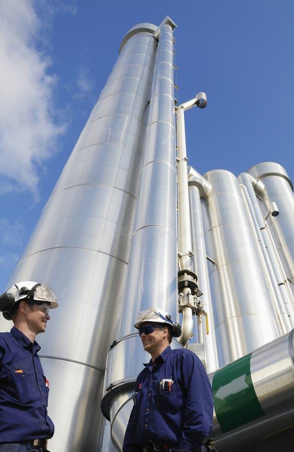 Trabalhadores do petróleo e do gás com encanamentos imagem de stock royalty free