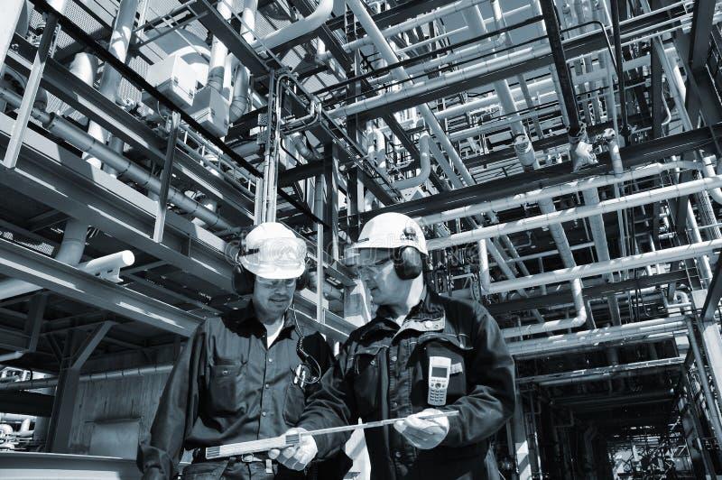 Trabalhadores do petróleo e gás dentro da indústria imagens de stock