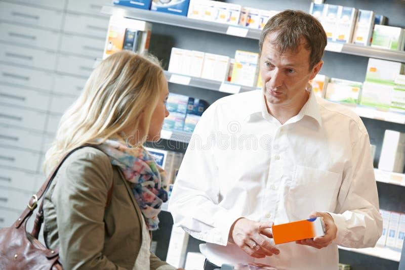Trabalhadores do químico da farmácia na drograria foto de stock