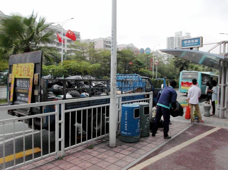 Trabalhadores do saneamento na expedição de sacos de lixo imagem de stock royalty free