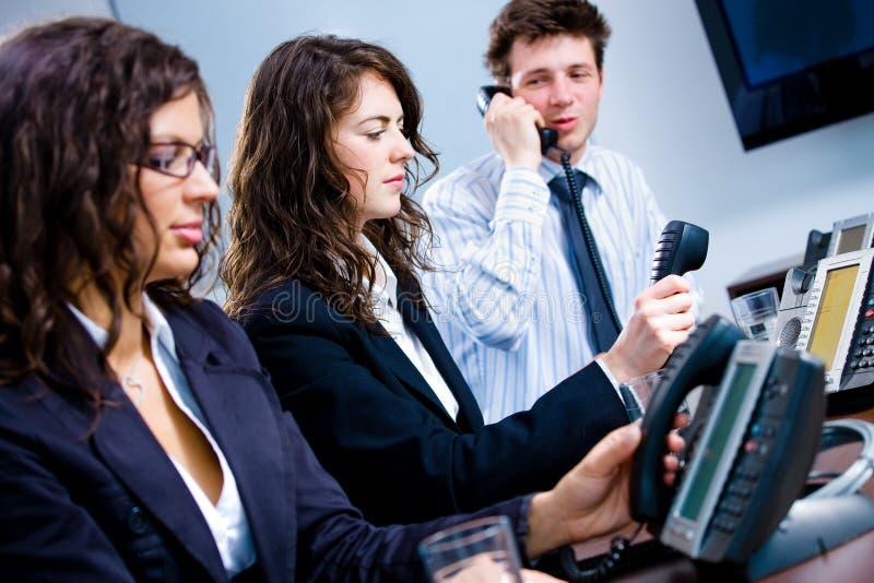 Trabalhadores do telefone no escritório fotografia de stock