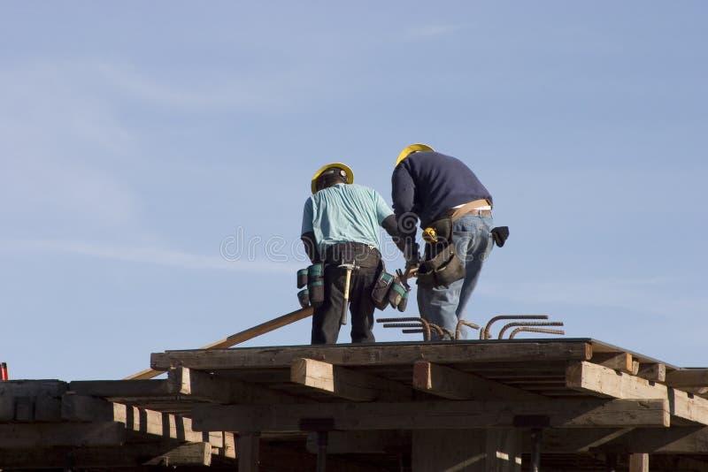 Trabalhadores do telhado imagens de stock royalty free