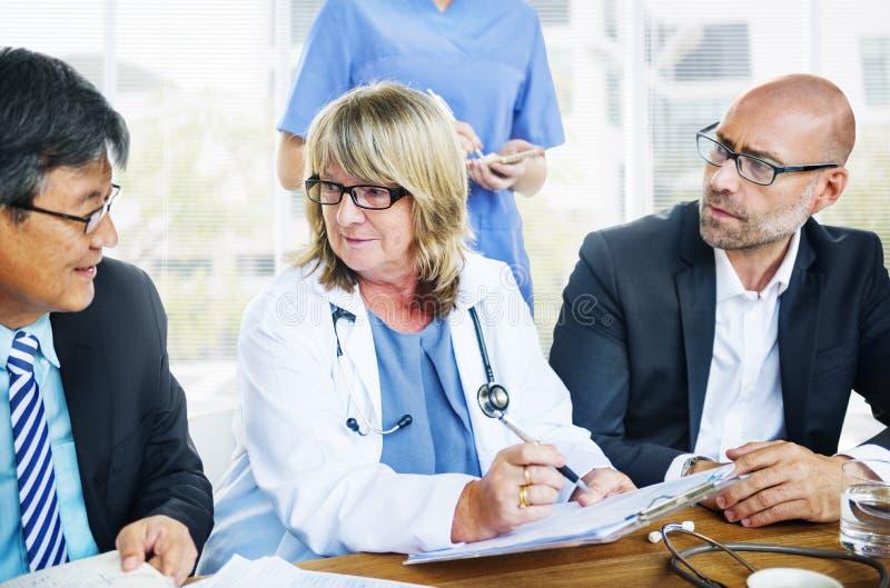 Trabalhadores dos cuidados médicos que têm uma reunião fotos de stock