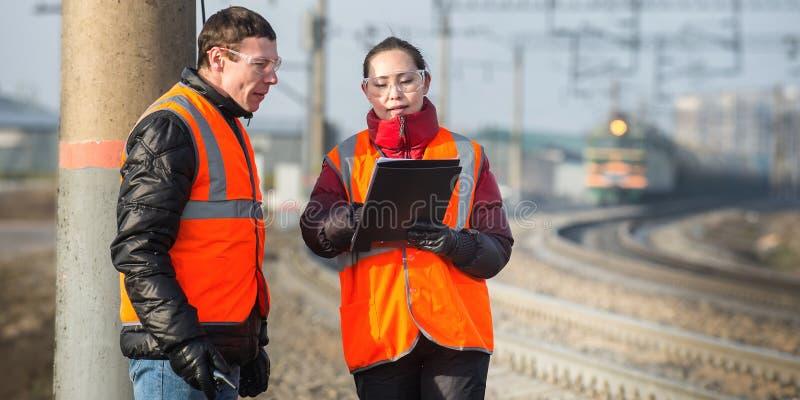 Trabalhadores em uma estrada de ferro imagens de stock royalty free
