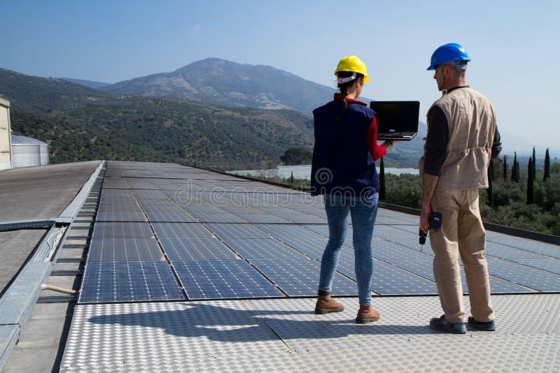 Trabalhadores fotovoltaicos imagens de stock royalty free
