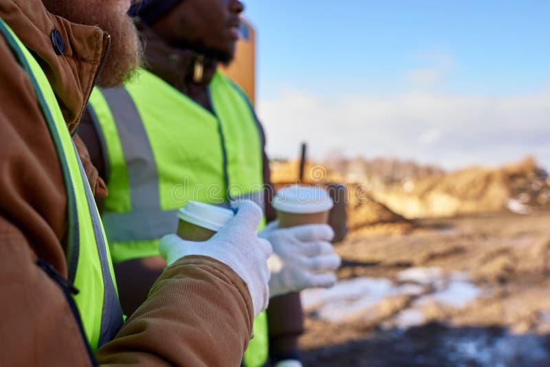Trabalhadores irreconhecíveis na ruptura de café fotografia de stock royalty free