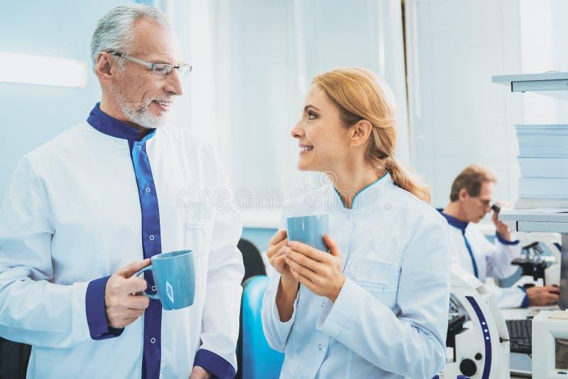 Trabalhadores médicos deleitados que têm a conversação agradável fotos de stock royalty free