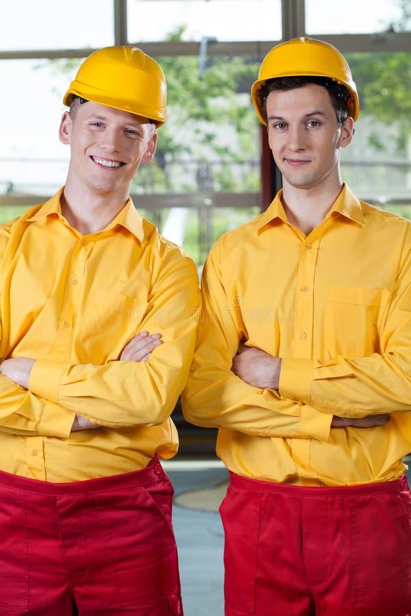 Trabalhadores manuais que estão com os braços cruzados imagens de stock royalty free
