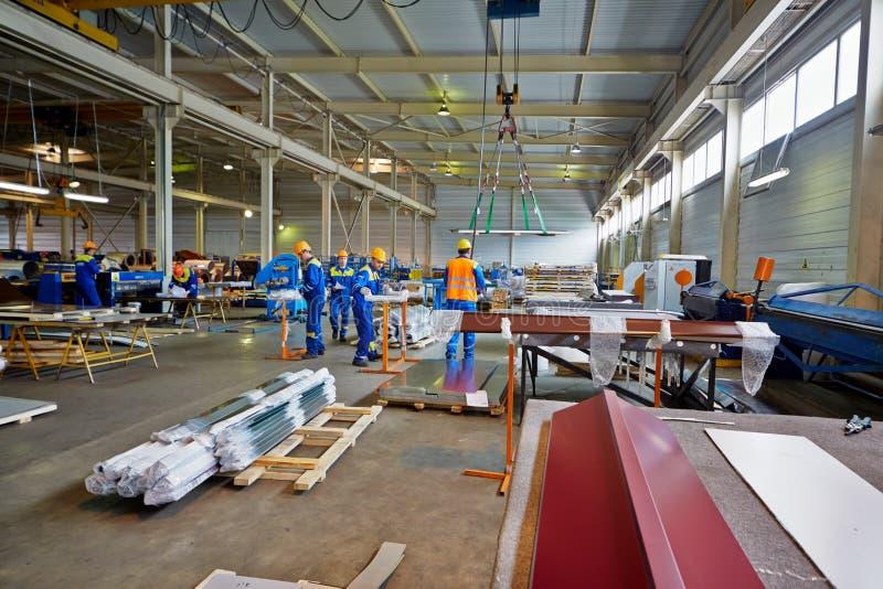 Trabalhadores na oficina da fabricação na planta imagens de stock royalty free