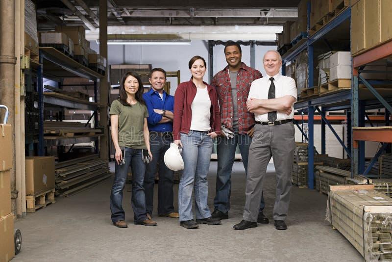 Trabalhadores no armazém imagens de stock