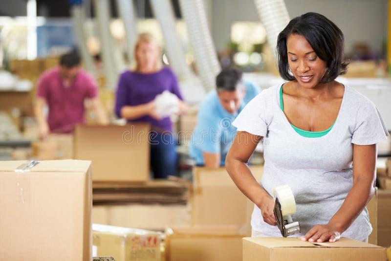 Trabalhadores no armazém que prepara bens para a expedição fotografia de stock royalty free